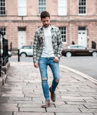 Comment porter: chemise à manches longues en flanelle écossaise grise, t-shirt à col rond blanc, jean skinny déchiré bleu, bottines chelsea en daim grises