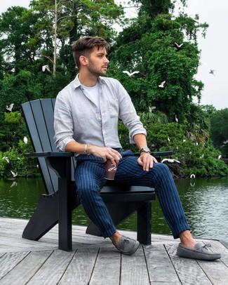 Comment porter: chemise à manches longues en lin grise, t-shirt à col rond blanc, pantalon chino à rayures verticales bleu marine, mocassins en daim gris