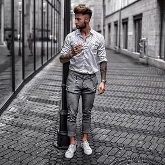Comment porter: chemise à manches longues imprimée blanche et noire, pantalon chino gris, baskets basses en cuir grises