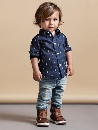 Comment porter: chemise à manches longues imprimée bleu marine, jean bleu clair, baskets en cuir marron