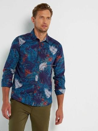 Comment porter: chemise à manches longues imprimée bleu marine, pantalon chino olive