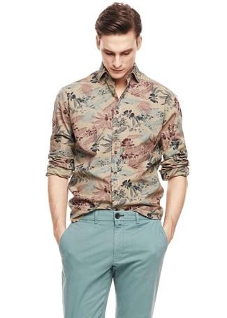 Comment porter: chemise à manches longues imprimée marron clair, pantalon chino bleu clair