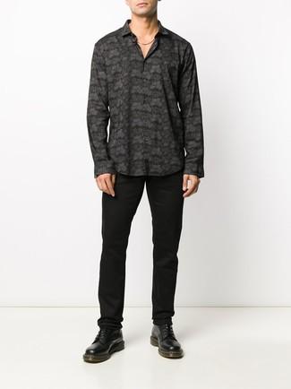 Comment porter: chemise à manches longues imprimée noire, pantalon chino noir, bottes de loisirs en cuir noires