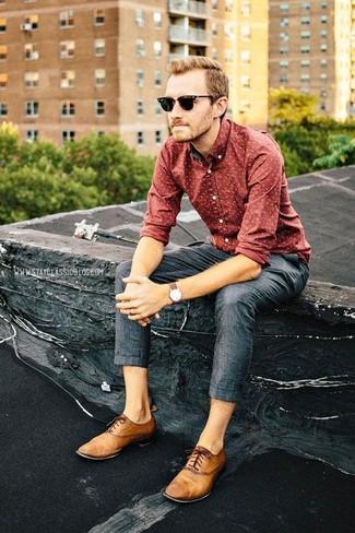 Tenue  Chemise à manches longues imprimée rouge, Pantalon de costume gris  foncé, Chaussures richelieu en cuir marron clair   Mode hommes 34eb23f1e3a2