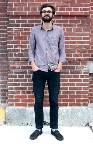 Comment porter un jean: Essaie d'associer une chemise à manches longues en chambray violet clair avec un jean pour obtenir un look relax mais stylé. Une paire de des baskets à enfiler en toile noires est une option avisé pour complèter cette tenue.