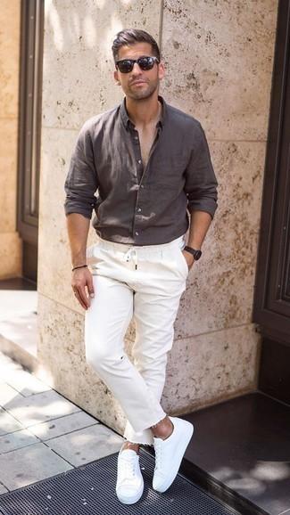 Comment porter une chemise à manches longues en lin marron foncé: Pour créer une tenue idéale pour un déjeuner entre amis le week-end, associe une chemise à manches longues en lin marron foncé avec un jean blanc. Une paire de des baskets basses blanches est une option avisé pour complèter cette tenue.