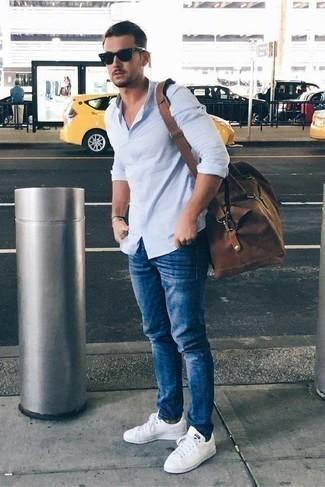 Comment porter une chemise à manches longues bleu clair: Essaie de marier une chemise à manches longues bleu clair avec un jean bleu pour un look de tous les jours facile à porter. Cet ensemble est parfait avec une paire de des baskets basses en cuir blanches.