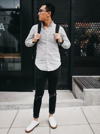 Comment porter une montre noire: Marie une chemise à manches longues à rayures verticales grise avec une montre noire pour un look idéal le week-end. Complète cet ensemble avec une paire de des baskets basses en toile blanches pour afficher ton expertise vestimentaire.