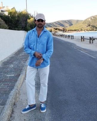 Comment s'habiller en été: Harmonise une chemise à manches longues turquoise avec un jean blanc pour affronter sans effort les défis que la journée te réserve. Assortis ce look avec une paire de des baskets basses en toile bleues. Bref, ce look d'été est une super trouvaille.