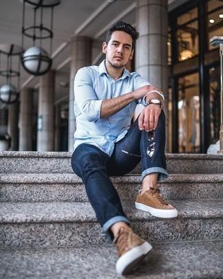 Tendances mode hommes: Pour créer une tenue idéale pour un déjeuner entre amis le week-end, pense à porter une chemise à manches longues à rayures verticales blanc et bleu et un jean bleu marine. Une paire de des baskets basses en daim marron est une option judicieux pour complèter cette tenue.