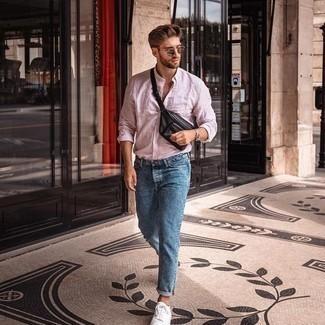 Comment porter un jean bleu: Associe une chemise à manches longues à rayures verticales rose avec un jean bleu pour une tenue idéale le week-end. Cette tenue se complète parfaitement avec une paire de baskets basses en toile blanches.