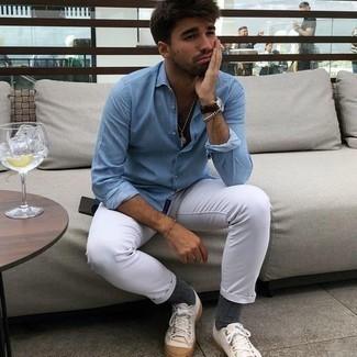 Comment porter un jean blanc: Essaie d'harmoniser une chemise à manches longues bleu clair avec un jean blanc pour un déjeuner le dimanche entre amis. Complète ce look avec une paire de baskets basses en toile blanches.