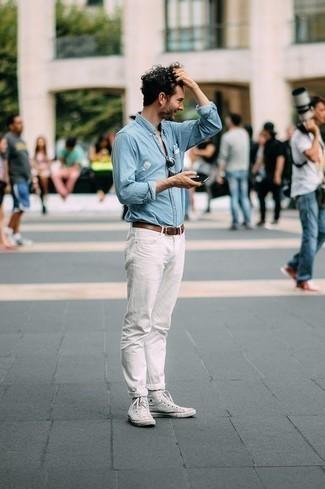 Comment s'habiller pour un style decontractés: Harmonise une chemise à manches longues en chambray bleu clair avec un jean blanc pour obtenir un look relax mais stylé. D'une humeur audacieuse? Complète ta tenue avec une paire de des baskets montantes en toile blanches.