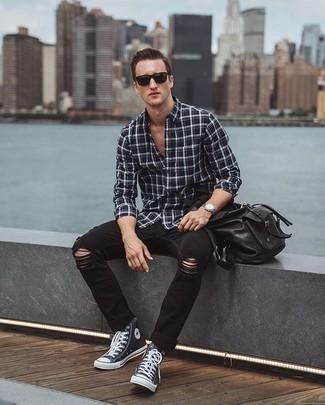 Comment porter un sac à dos en cuir noir: Pense à associer une chemise à manches longues écossaise noire et blanche avec un sac à dos en cuir noir pour une tenue idéale le week-end. Ajoute une paire de des baskets montantes en toile bleu marine et blanc à ton look pour une amélioration instantanée de ton style.