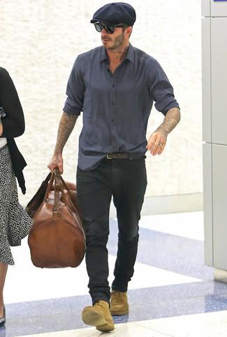 Comment porter: chemise à manches longues imprimée bleu marine, jean noir, bottes de loisirs en daim marron clair, fourre-tout en cuir marron