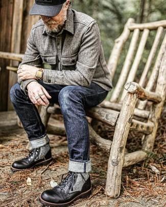 Tendances mode hommes: Marie une chemise à manches longues en laine grise avec un jean bleu marine pour une tenue confortable aussi composée avec goût. Jouez la carte classique pour les chaussures et opte pour une paire de bottes de loisirs en cuir noires.
