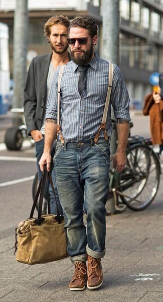Comment porter: chemise à manches longues en chambray à rayures verticales bleue, jean bleu, bottes de travail en cuir marron, sac fourre-tout en toile marron clair