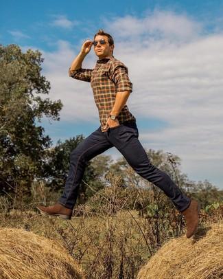 Comment porter: chemise à manches longues à carreaux orange, jean bleu marine, bottines chelsea en daim marron, lunettes de soleil marron foncé