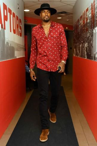 Comment porter: chemise à manches longues imprimée rouge, jean noir, bottines chelsea en daim marron, chapeau en laine noir