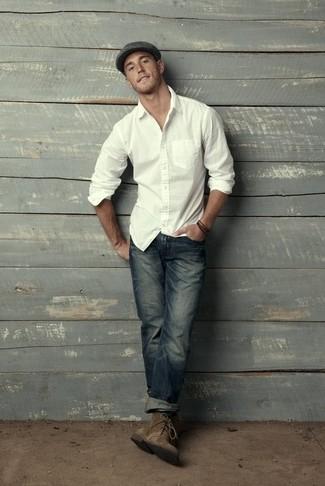 Comment porter: chemise à manches longues blanche, jean bleu marine, bottines chukka en daim olive, casquette plate gris foncé