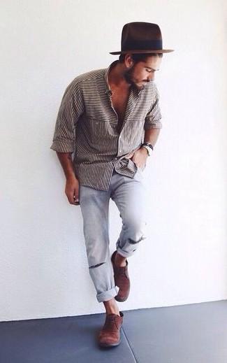 Comment porter: chemise à manches longues à rayures verticales blanche et noire, jean déchiré bleu clair, bottines chukka en daim marron foncé, chapeau en laine marron foncé