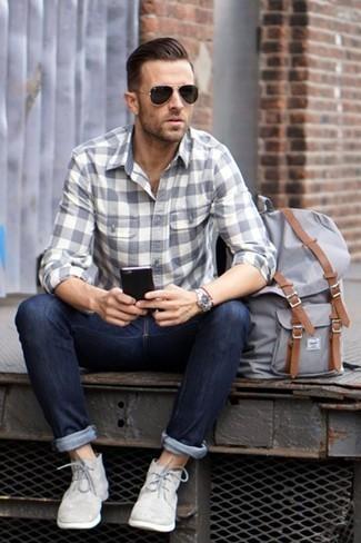 Comment porter une chemise à manches longues à carreaux grise: Marie une chemise à manches longues à carreaux grise avec un jean bleu marine pour un look de tous les jours facile à porter. Jouez la carte classique pour les chaussures et termine ce look avec une paire de des bottines chukka en daim grises.