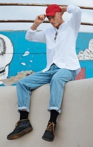 Comment porter une chemise à manches longues blanche: Essaie de marier une chemise à manches longues blanche avec un jean bleu clair pour obtenir un look relax mais stylé. Cet ensemble est parfait avec une paire de des bottines chukka en cuir noires.