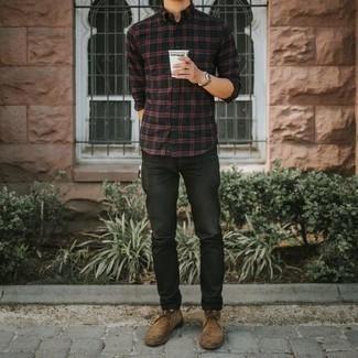 Comment porter un jean noir: Pense à porter une chemise à manches longues écossaise noire et un jean noir pour une tenue idéale le week-end. Jouez la carte classique pour les chaussures et fais d'une paire de des bottines chukka en daim marron clair ton choix de souliers.