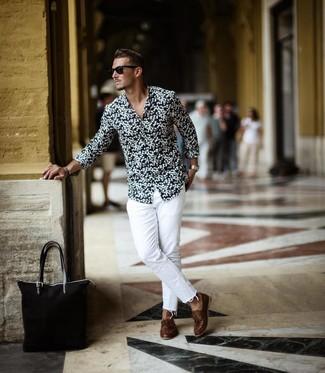 Comment porter: chemise à manches longues à fleurs noire et blanche, jean blanc, chaussures bateau en cuir marron, sac fourre-tout en toile noir