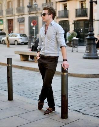Comment porter des chaussures bateau: Associe une chemise à manches longues bleu clair avec un jean marron foncé pour obtenir un look relax mais stylé. Cette tenue est parfait avec une paire de des chaussures bateau.
