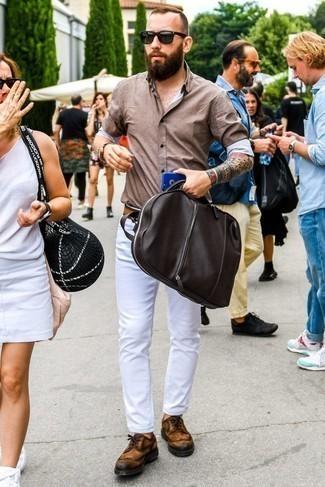 Comment porter une chemise à manches longues marron: Essaie de marier une chemise à manches longues marron avec un jean blanc pour une tenue confortable aussi composée avec goût. Une paire de des chaussures brogues en daim tabac est une façon simple d'améliorer ton look.