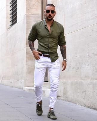 Comment porter une chemise à manches longues olive: Essaie de marier une chemise à manches longues olive avec un jean blanc pour obtenir un look relax mais stylé. D'une humeur audacieuse? Complète ta tenue avec une paire de des chaussures de sport olive.