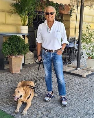 Tendances mode hommes: Associe une chemise à manches longues blanche avec un jean bleu pour un déjeuner le dimanche entre amis. Jouez la carte décontractée pour les chaussures et fais d'une paire de des chaussures de sport multicolores ton choix de souliers.