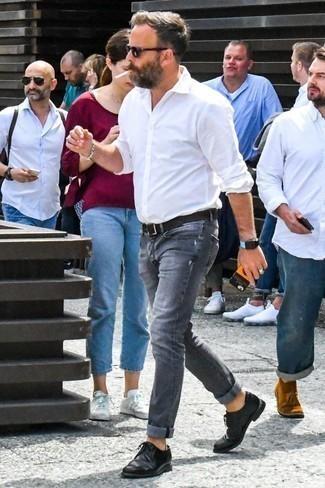 chaussure grise avec jean