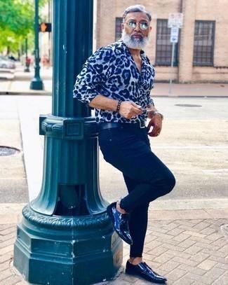 Comment porter des chaussures derby en cuir bleu marine après 50 ans: Essaie de marier une chemise à manches longues imprimée bleu clair avec un jean bleu marine pour une tenue confortable aussi composée avec goût. Jouez la carte classique pour les chaussures et opte pour une paire de des chaussures derby en cuir bleu marine.