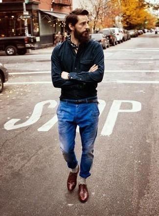 Comment porter des chaussettes beiges: Pour une tenue aussi confortable que ton canapé, opte pour une chemise à manches longues en chambray bleu marine avec des chaussettes beiges. D'une humeur audacieuse? Complète ta tenue avec une paire de des chaussures richelieu en cuir bordeaux.