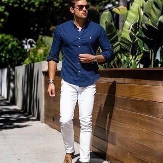 Comment porter un jean blanc: Marie une chemise à manches longues bleu marine avec un jean blanc pour un déjeuner le dimanche entre amis. Une paire de mocassins à pampilles en daim marron clair ajoutera de l'élégance à un look simple.
