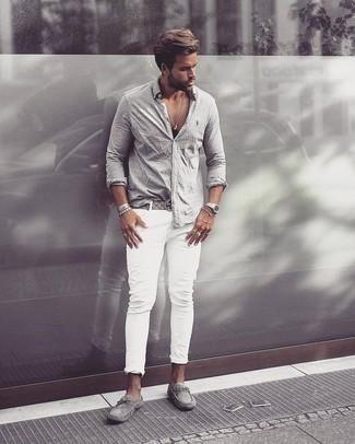 Comment porter une chemise à manches longues avec des mocassins: Essaie d'harmoniser une chemise à manches longues avec un jean blanc pour affronter sans effort les défis que la journée te réserve. Une paire de des mocassins est une option parfait pour complèter cette tenue.
