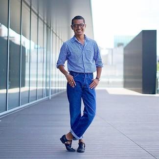 Comment porter: chemise à manches longues à rayures verticales bleue, jean bleu, sandales en cuir noires, montre en cuir noire