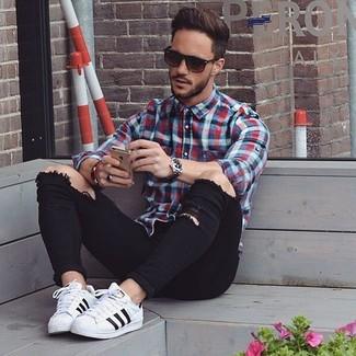 Comment porter: chemise à manches longues en vichy blanc et rouge et bleu marine, jean skinny déchiré noir, baskets basses blanches, lunettes de soleil marron foncé