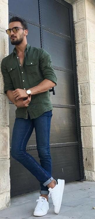 Comment porter: chemise à manches longues en chambray olive, jean skinny bleu, baskets basses en cuir blanches, lunettes de soleil marron
