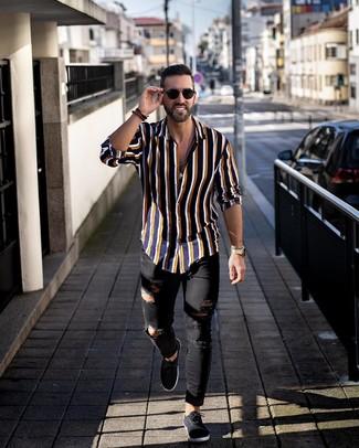 Comment porter: chemise à manches longues à rayures verticales bleu marine, jean skinny déchiré noir, baskets basses en toile noires, lunettes de soleil noires