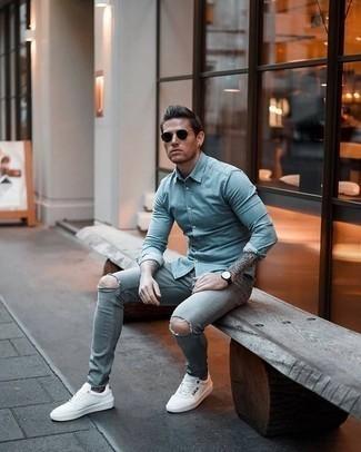 Comment porter un jean skinny déchiré bleu clair: Pense à porter une chemise à manches longues en chambray bleu clair et un jean skinny déchiré bleu clair pour une tenue idéale le week-end. Une paire de des baskets basses en cuir imprimées blanches et noires apportera une esthétique classique à l'ensemble.