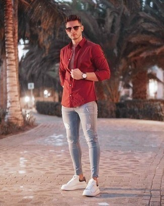 Comment porter un jean skinny avec des baskets basses: Pour une tenue aussi confortable que ton canapé, associe une chemise à manches longues rouge avec un jean skinny. Complète ce look avec une paire de des baskets basses.
