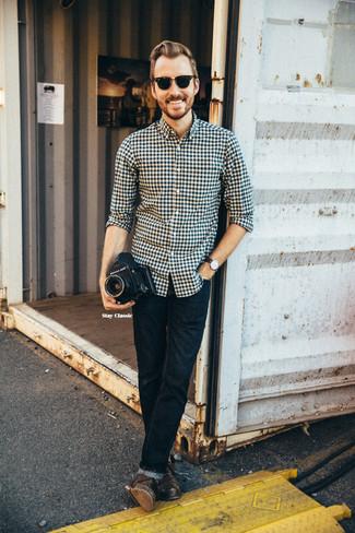 Comment porter: chemise à manches longues en vichy noire et blanche, jean skinny bleu marine, bottes brogue en cuir marron foncé, lunettes de soleil noires