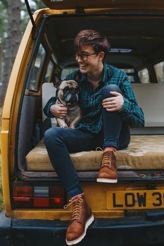 Comment porter des bottes de loisirs en cuir tabac à l'adolescence: Choisis une chemise à manches longues écossaise bleu canard et un jean skinny bleu marine pour un look idéal le week-end. Fais d'une paire de des bottes de loisirs en cuir tabac ton choix de souliers pour afficher ton expertise vestimentaire.