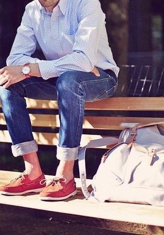 Comment porter: chemise à manches longues en vichy bleu clair, jean skinny bleu, chaussures bateau en cuir rouges, sac à dos en toile blanc
