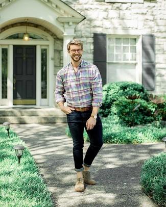 Comment porter: chemise à manches longues écossaise multicolore, jean skinny bleu marine, chaussures brogues en daim marron, ceinture en cuir marron