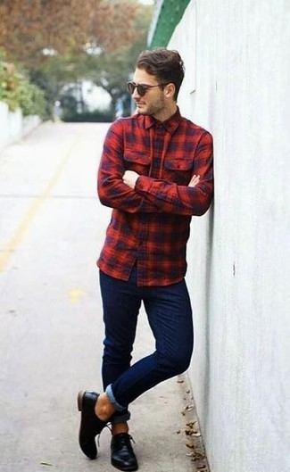Comment porter: chemise à manches longues écossaise rouge et bleu marine, jean skinny bleu marine, chaussures derby en cuir noires, lunettes de soleil marron foncé