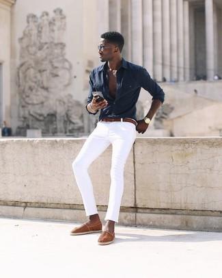Comment porter: chemise à manches longues noire, jean skinny blanc, espadrilles en toile orange, ceinture en cuir rouge